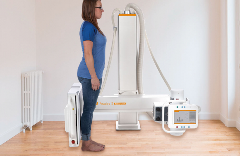 Motorised digital X-ray system with U-arm for low ceiling heights