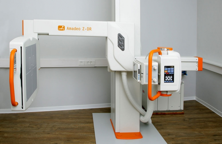X-ray machine with fully motorised U-arm system
